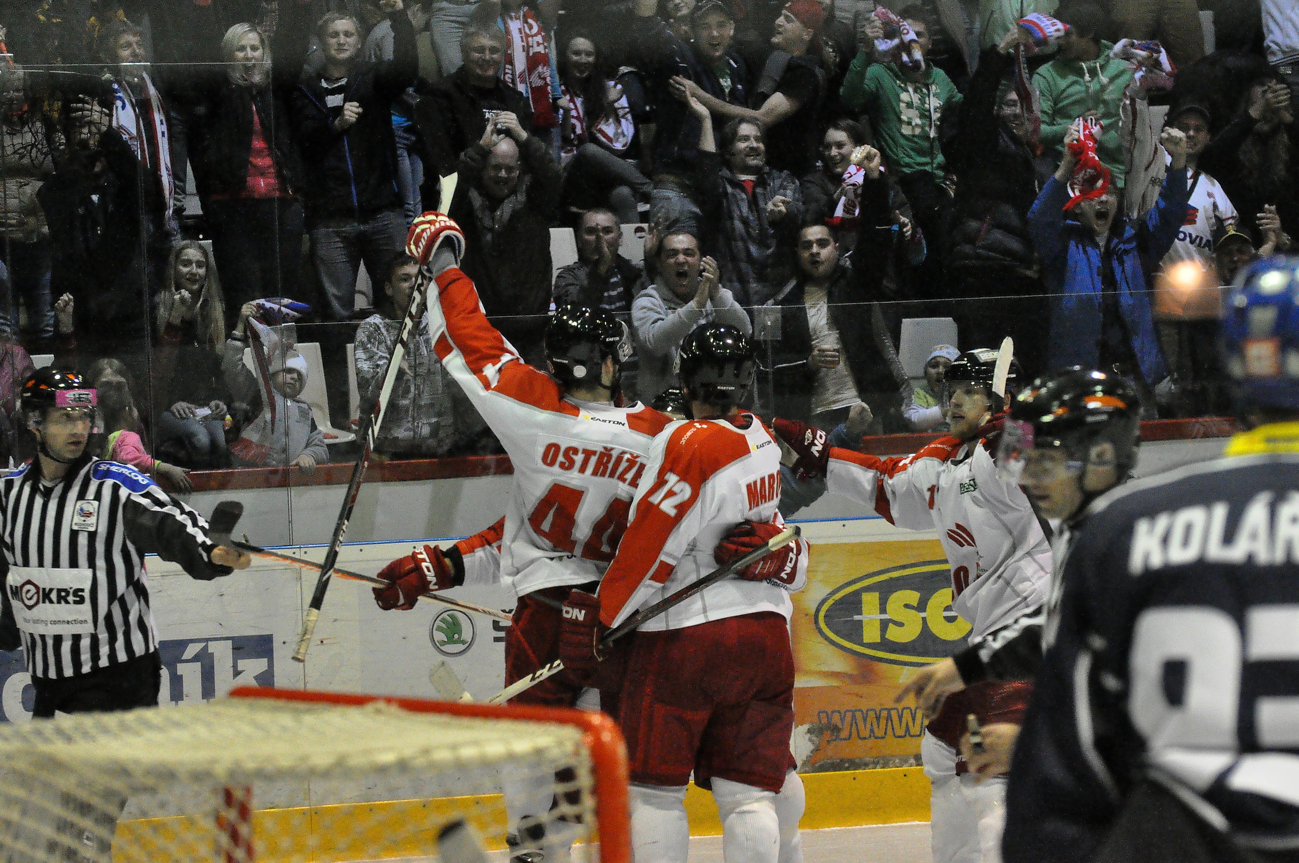 Hráči Olomouce slaví s fanoušky.