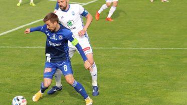 David Houska (modrý dres) v souboji s Markem Matějovským.