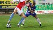 Martin Sladký (vpravo) se snaží vzít míč Micku van Burenovi.